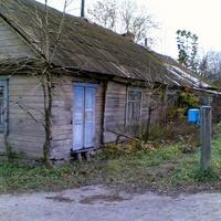 Старые дома в центре поселка