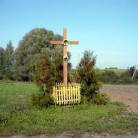 Католический крест в центре деревни
