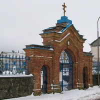 Брама возле церкви