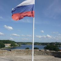 Российский флаг на Ивангородской крепости