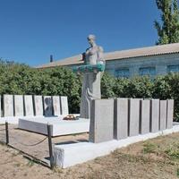 Мемориал на братской могиле у школы