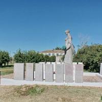 Братская могила у школы