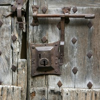 Старинный дверной замок в Вильфранш-де-Конфлан