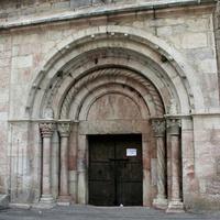 Вход в церковь Святого Якоба в Вильфранш-де-Конфлан