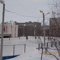 Хоккейная площадка, рядом здание бассейна