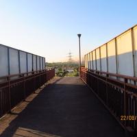 Пешеходный мост через набережную улицу с металлургтческого завода на правый берег