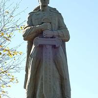 памятник художника и скульптора Остапука на братской могиле воинов  ВОВ (Здесь покоится прах около 2 тысяч воинов и имена их неизвестны)