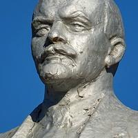 памятник Ленину -крупно