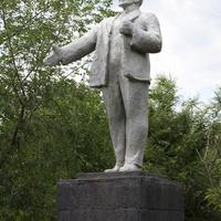 памятник Ленину в заросшем парке