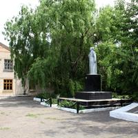 братская могила, мемориал С.В.Рыбальченко, слева -сельский Дом культуры