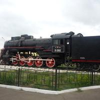 Паровоз-памятник перед вокзалом