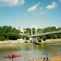 Река Урал и пешеходный мостик