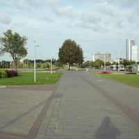 Тротуар у проспекта Независимости (недалеко от станции метро Восток)