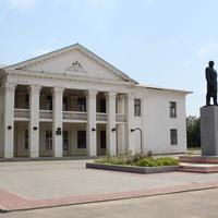 памятник Ленину и районный дворец Культуры