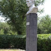 памятник Островскому в парке