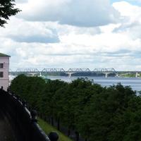 Река Волга. На дальнем плане – автодорожный и железнодорожный мосты
