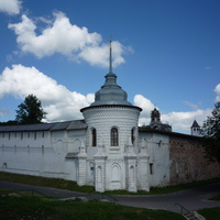 У стены Спасо-Преображенского монастыря