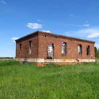 Заброшенное кирпичное строение