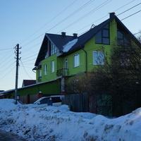 Зелёная двухэтажка
