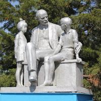 памятник Ленин и дети