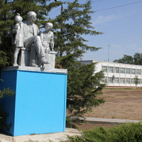Детский сад и памятник Ленину