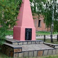 Братская могила, мемориал павшим воинам в ВОВ у церкви