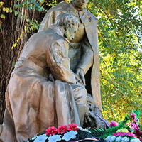 Братская могила, мемориал павшим воинам в ВОВ в центре