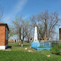 братская могила воинов,павших в ВОВ( слева- админ.здание, справа - руины клуба