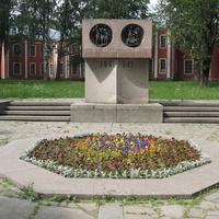 Памятник сотрудникам и студентам академии.