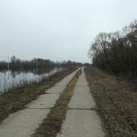 Река Нерская и бетонная дорога на берегу