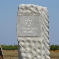 Здесь похоронено около 12 000 евреев (пожилых женщин, детей) - жертв холокосту