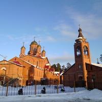 Слева храм Святых Апостолов Петра и Павла, справа церковь Введения во Храм Пресвятой Богородицы (построена в 1994 – 1996 годах)