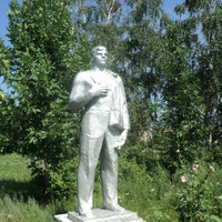 памятник рабочему в парке села
