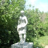 памятник колхознице в парке села