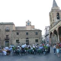 Banca della corte con la torre dell'orologio