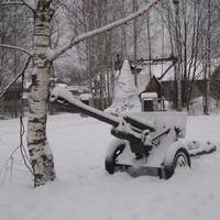 Зима. В парке у обелиска памяти земляков, погибших в годы войны
