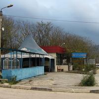 Магазин и летнее кафе возле дороги