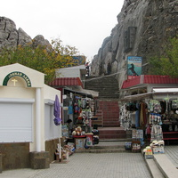 Сувенирный рынок и лестница на смотровую площадку