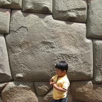 Куско, двенадцатиугольный камень вмурованный в тену дома