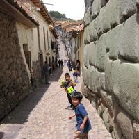 Дети на улице старого города