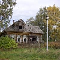 Роскошный деревянный дом в стиле модерн, построенный в начале XX века - правление развалившейся сельхозартели Декабристов.