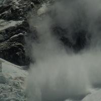 Снежная лавина со склона Нупцзе.