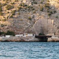 Тоннель в скале для входа подводных лодок (бывший объект № 825 ГТС -  завод по ремонту подводных лодок)