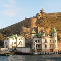 Вид из бухты на  остатки Генуэзской крепости Чембало