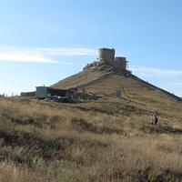Остатки крепости Чембало на горе Кастрон