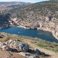 Гора Таврос и бывший завод по ремонту подводных лодок в горе