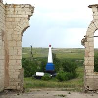Карпово-Обрывский - вид на братскую могилу из разрушенного храма