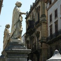 Статуи на входе на площадь перед собором