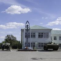 Памятники на площади у старооскольского военкомата