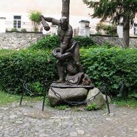 Скульптура Геракла на территории замка